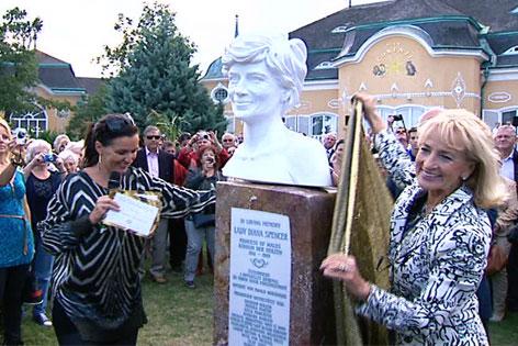 Barbara Karlich und Dagmar Koller enthüllen Büste