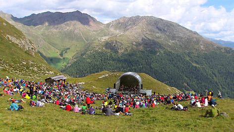 Band Franui Open Air Konzert in de Bergen mit Menschenmasse