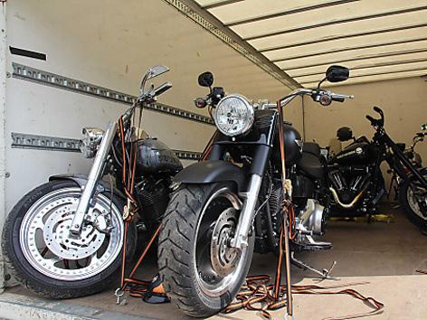 Sichergestellte Harley-Davidson auf niederländischem Anhänger