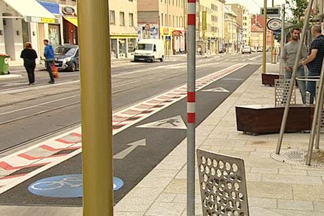 Radweg bei Straßenbahn-Haltestelle