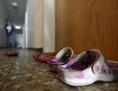 Schuhe vor einem Zimmer im Ute Bock Haus in Wien, das Flüchtlinge beherbergt