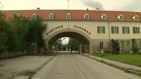 Einfahrt der Martinek Kaserne in Baden