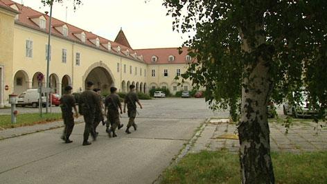 Soldaten marschieren in Martinek Kaserne