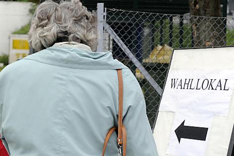 Frau geht in Wahllokal