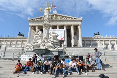 Flüchtlinge vor dem Parlament