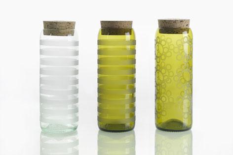 Italienische Weinflaschen und Korken aus Abfallmaterial einer Tischlere