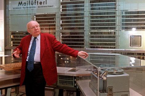 """Heinz Zemanek im Technischen Museum vor seinem ersten Transistorencomputer """"Mailuefterl""""."""