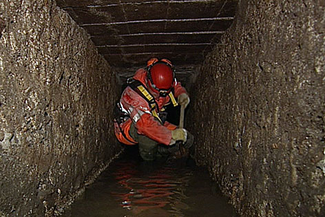 Arbeiter in Abwasserkanal