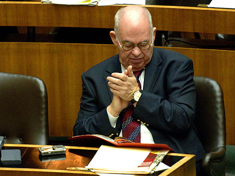 Peter Schieder bei seiner letzten Sitzung im Parlament 2006