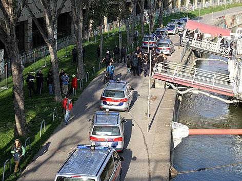 Polizeiautos nach Prügelei vor Partyschiff am Donaukanal