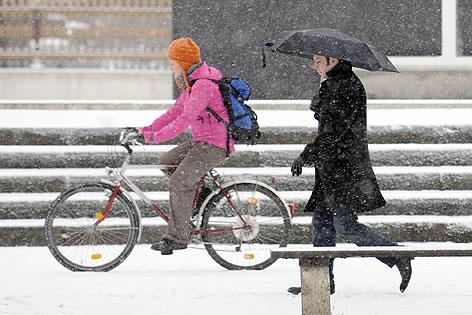 Radfahrer und Fußgänger im Schnee