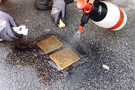 Die Stolpersteine werden von einem Putztrupp gereinigt