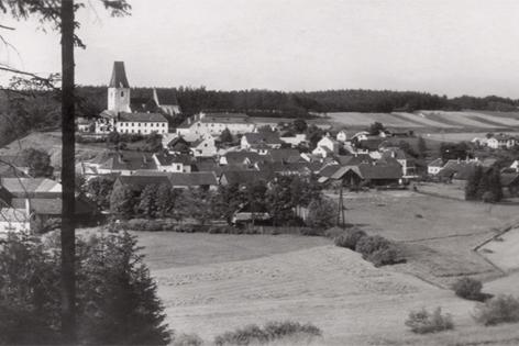 Altes Bild eines Dorfes in schwarz-weiß