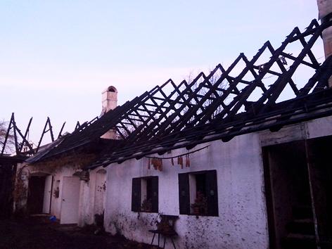 Abgebrannter Dachstuhl des denkmalgeschützten Hauses in Aschau