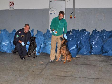 """Gruppeninspektor Alfred Kohlweiß Diensthund """"Canise"""" sowie Bezirksinspektor Roland Santner mit Diensthund """"Kimbo"""""""