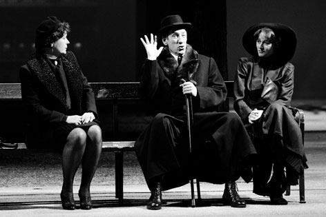 """Wolfgang Gasser als """"Dr. Schuster"""" mit Elisabeth Rath (r.) und Kirsten Dene (l.) in Thomas Bernhards """"Heldenplatz"""", während einer Fotoprobe am 3. November 1988 im Wiener Burgtheater."""