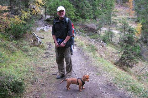Michael Moser mit Dackelmischling Timo beim Wandern