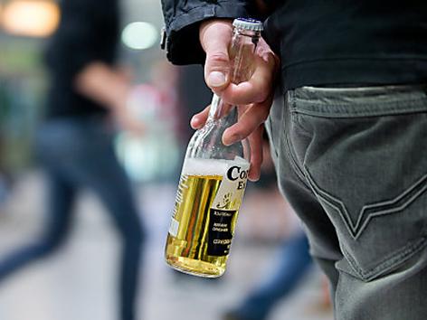 Jugendlicher mit Bierflasche