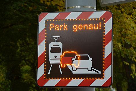 """elektronische Falschparker-Warntafel: """"Park genau!"""""""