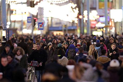 Passanten mit Einkaufstaschen auf der Mariahilfer Straße in Wien