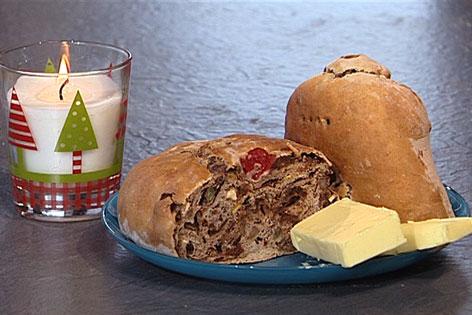 Kletzenbrot mit Butter und Kerze daneben