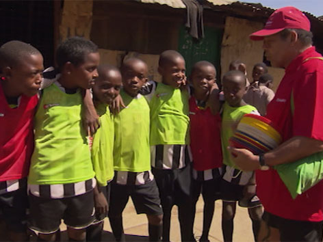 Helmut Köglberger bei Slum-Kindern in Kenia