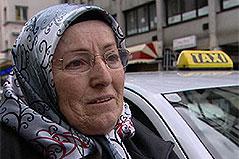 Taxifahrerin nach Überfall bei Interview
