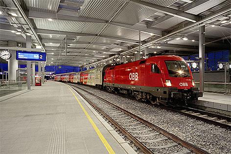 Zug am Bahnhof Wien Praterstern