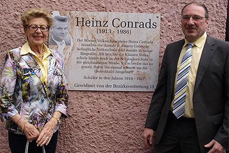 Erika Conrads mit Bezirksvorsteher Gerhard Zatlokal vor Gedenktafel