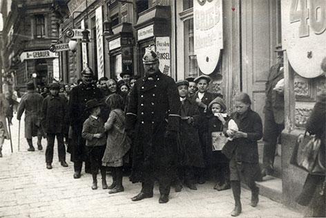 Brotverkauf in der Thaliastraße, 1914