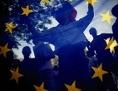 Menschen hinter EU-Fahne