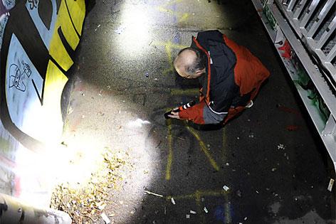 Toter in Skaterpark gefunden. Kriminalbeamte bei der Spurensuche