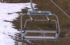 Skilift vor grüner Piste