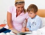 Mutter mit Kind liest Buch Sprachförderung lesen