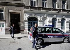 15-Jährige sticht auf Freundin mit Messer ein. Im Bild: Zwei Polizisten verlassen den Tatort.