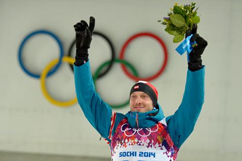 Dominik Landertinger bei der Flower Ceremony des 10km Sprint Bewerbes im Biathlon