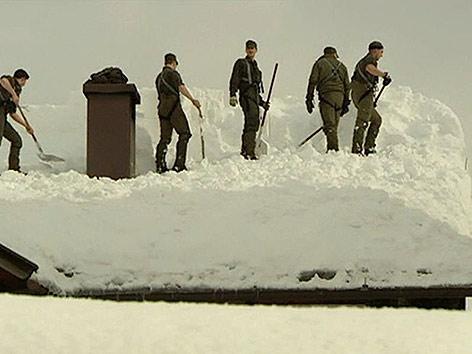 Lesachtal Soldaten Dach abschaufeln