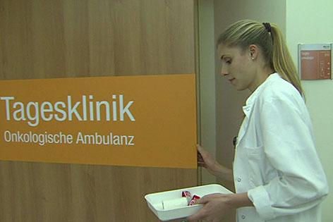 Krankenschwester vor der Tagesklinik Onkologie der Barmherzigen Brüder