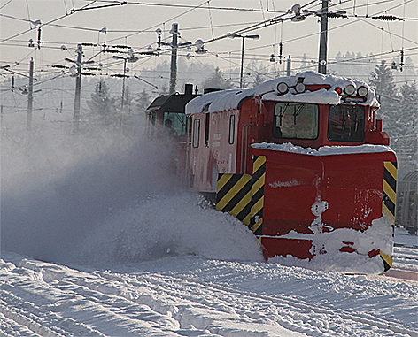 Schneemassen Schneepflug ÖBB Eisenbahn Winter