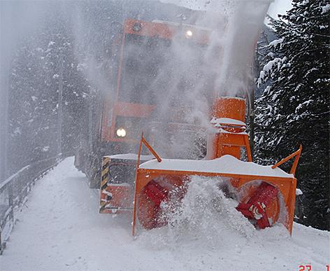 Schneemassen Schneeschleuder ÖBB Eisenbahn Winter