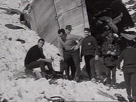 Erschöpfte Bergungskräfte im Schnee