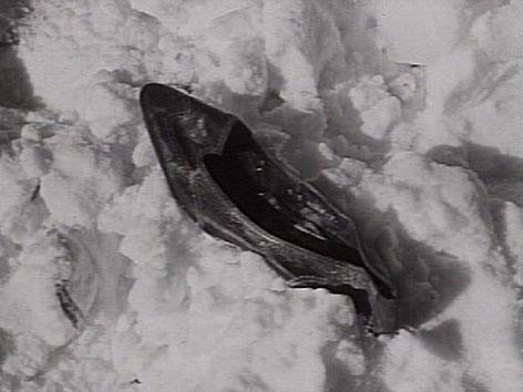 Damenschuh liegt im Schnee