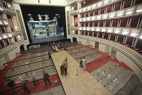 Aufbau des Tanzparketts für den Opernball in der Staatsoper