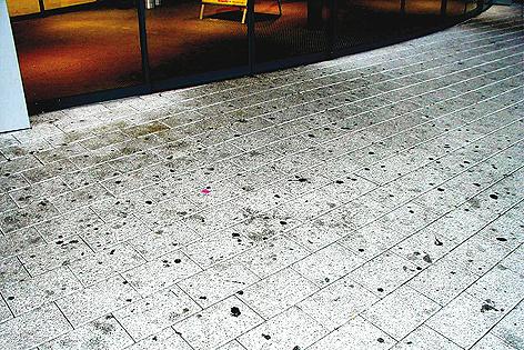 Kaugummis vor einem Geschäftseingang