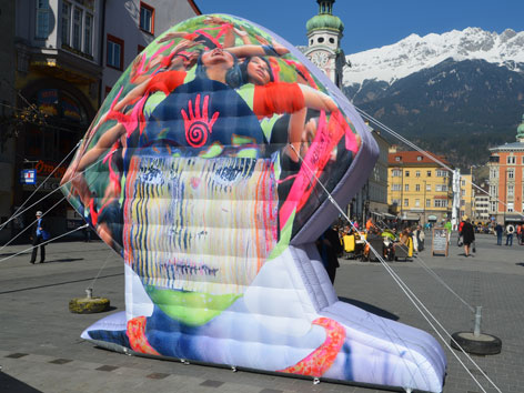 Aufgeblasener Frauenkopf in der Marien-Theresienstraße