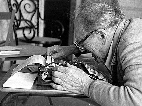 Leopold Kohr an der Schreibmaschine Philosoph Ökonom Journalist www.kohr.at