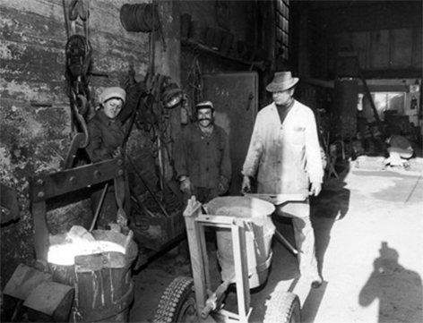 Gießerei Haslinger in Hall im Juli 1978: Eine Frau entfernt Schlacken und Schmutz vom flüssigen Eisen.