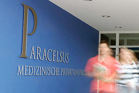 Eingang der Paracelsus Medizinischen Privatuniversität PMU in Salzburg