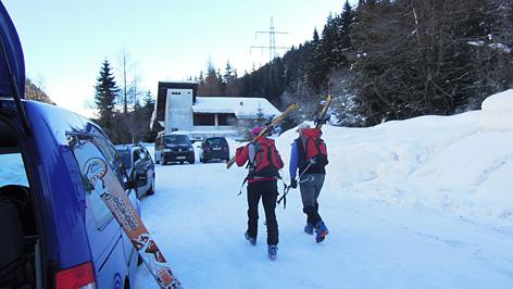 Aufbruch von Parkplatz zu Skitour