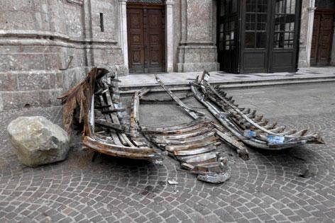 zerstörtes Kunstwerk vor dem Innsbrucker Dom